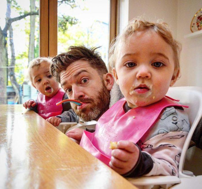 Μπαμπάς δείχνει πώς είναι η καθημερινότητα του με 4 κόρες 11