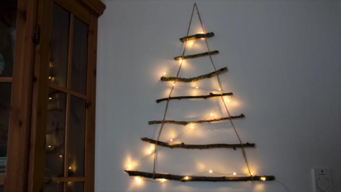 Μαζεύει Ξύλα, τα βάζει στη Σειρά και τα δένει μεταξύ τους. Το Αποτέλεσμα; Ό,τι καλύτερο για τα Χριστούγεννα! 5