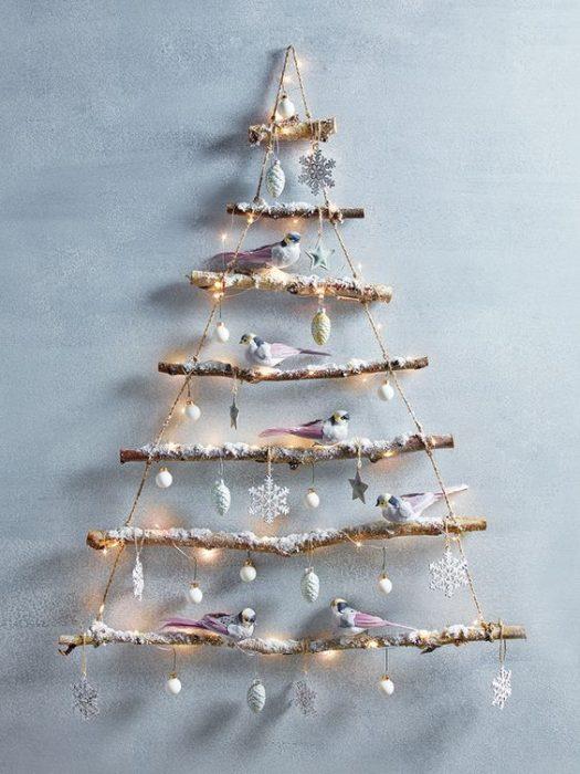 Μαζεύει Ξύλα, τα βάζει στη Σειρά και τα δένει μεταξύ τους. Το Αποτέλεσμα; Ό,τι καλύτερο για τα Χριστούγεννα! 7