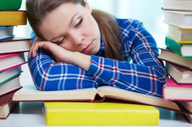 7877360 chica cansada durmiendo en la biblioteca 1098 2836 1479726103 650 32e9147584 1480342480
