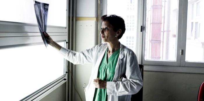 Καλλιόπη Αθανασιάδη: Επιβίωσε από ένα φριχτό ατύχημα, έγινε κορυφαία θωρακοχειρουργός και μάχεται για τα δικαιώματα των γυναικών